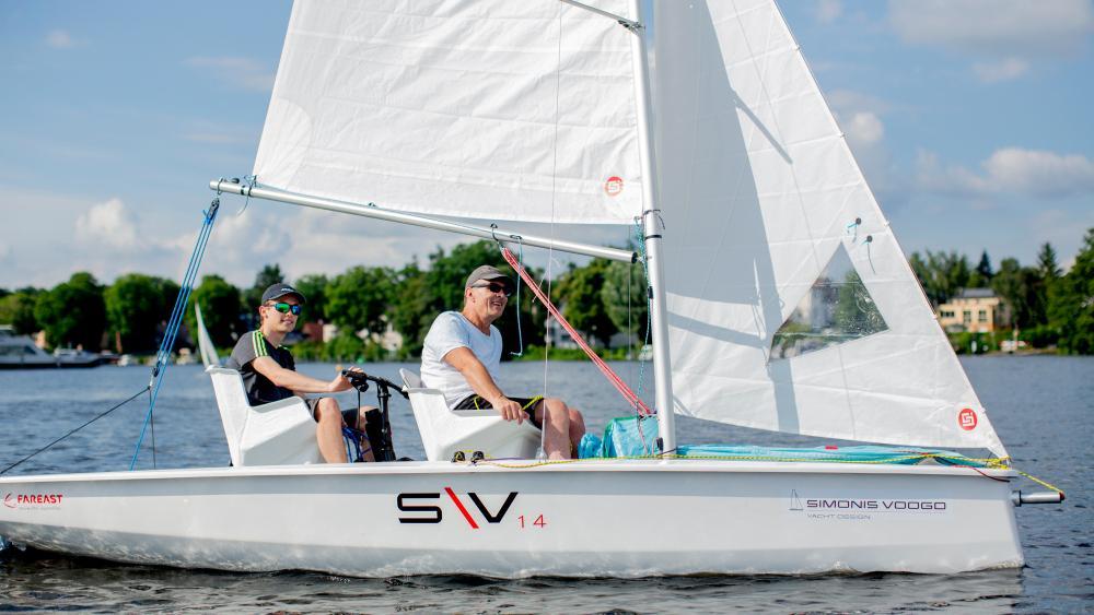Zwei Männer in einem Segelboot.