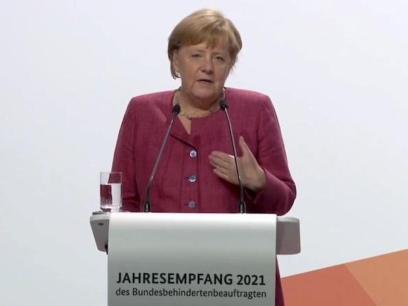 Bundeskanzlerin Angela Merkel steht beim Jahresempfang 2021 des Bundesbehindertenbeauftragten am Rednerpult.